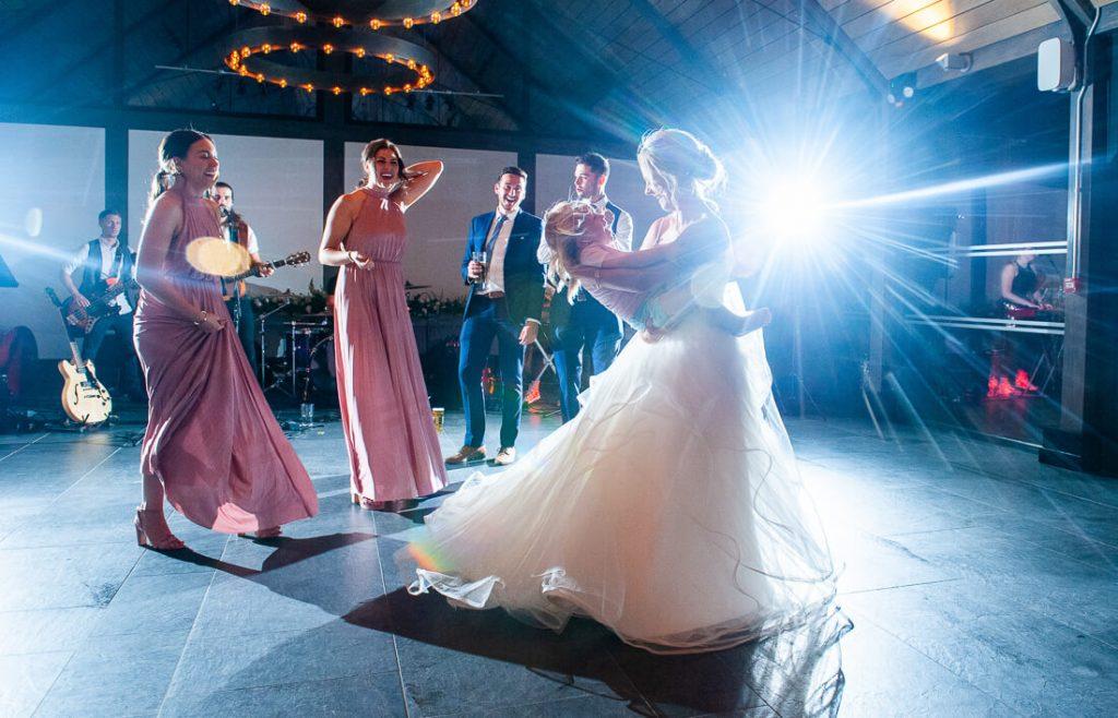 Beide dacing with bridesmaids